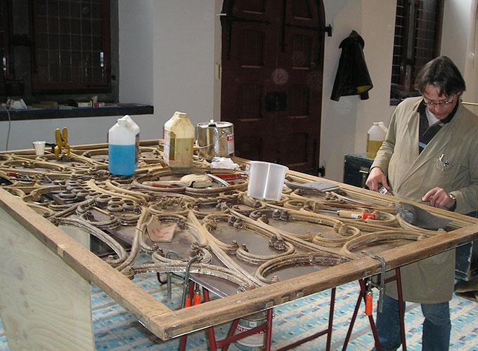 Martin, restaurateur, aan werkt aan het wapen van Den Haag. Fijnhoutbewerking en restauratie.