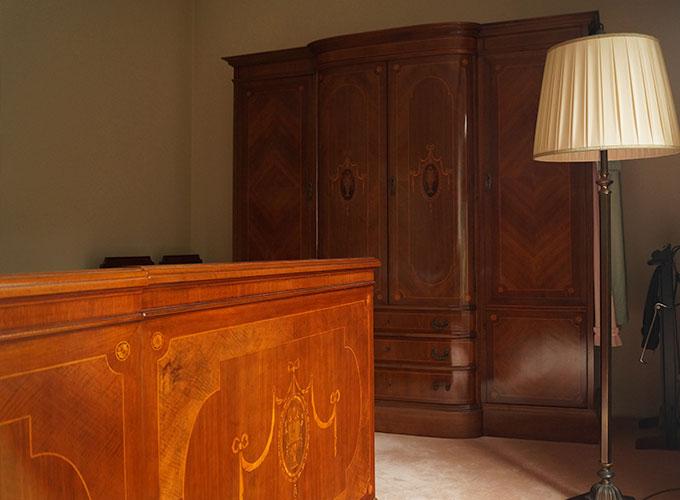 Meubelmaker Martin Koenen vervaardigde dit slaapkamer meubilair in zijn meubelmakerij en restauratiewerkplaats