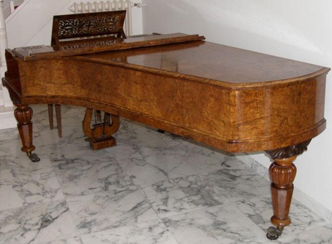 Vleugel van notenhout, gerestaureerd door Martin Koene, meubelmaker, fijnhoutbewerker en restaurateur